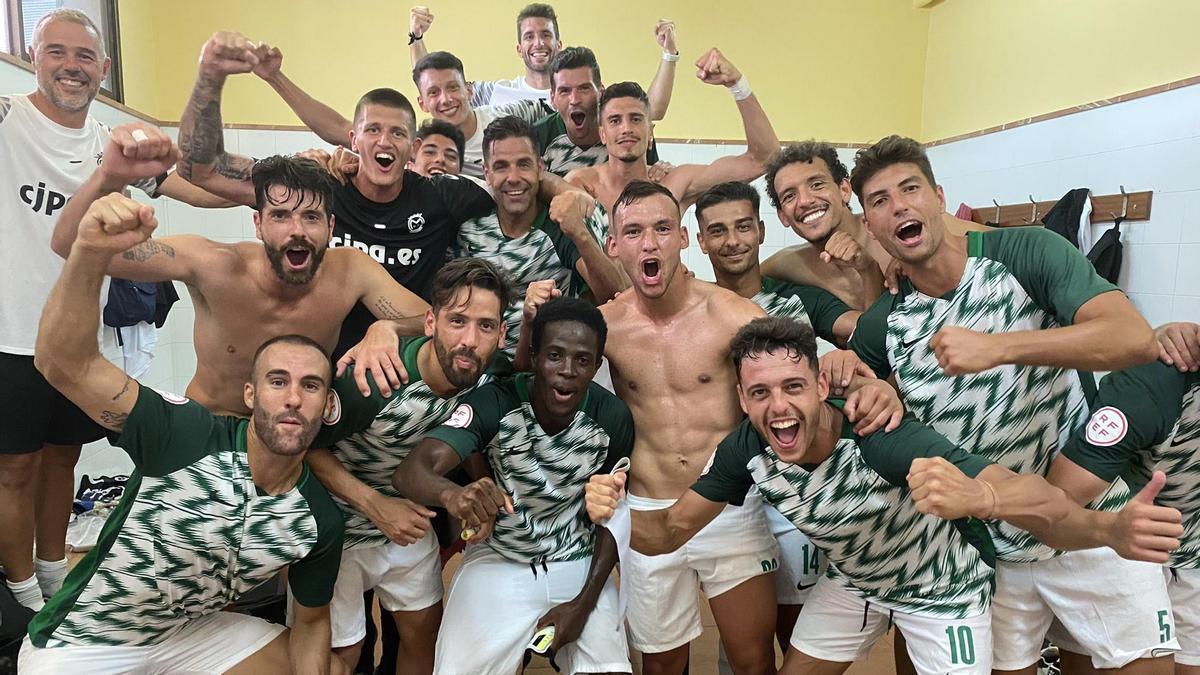 Los jugadores del Montijo celebran la victoria ante el San Fernando en Maspalomas.