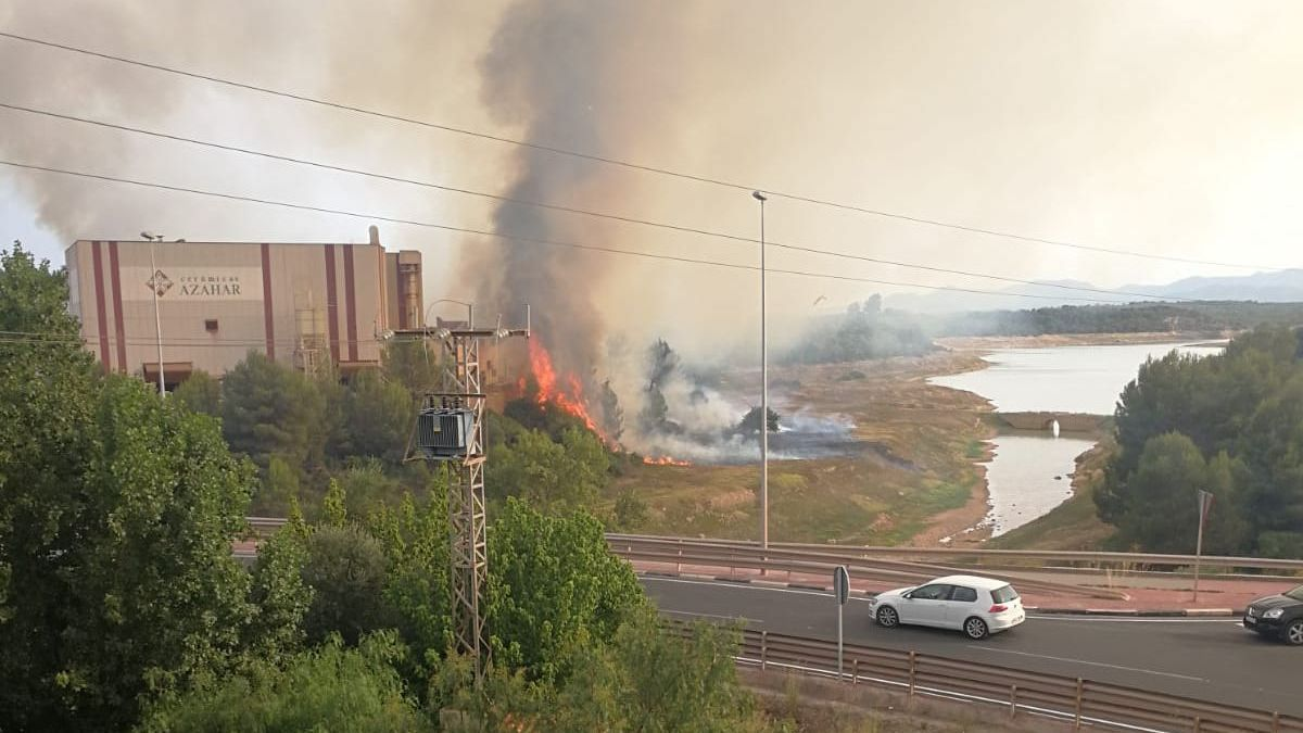 Imagen del avance de las llamas hacia la azulejera afectada.