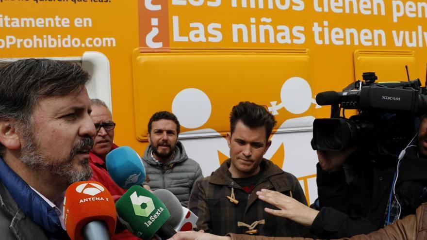 """Hazte Oír denunciará hoy a Manuela Carmena por el """"acoso"""" a su autobús contra la transexualidad"""