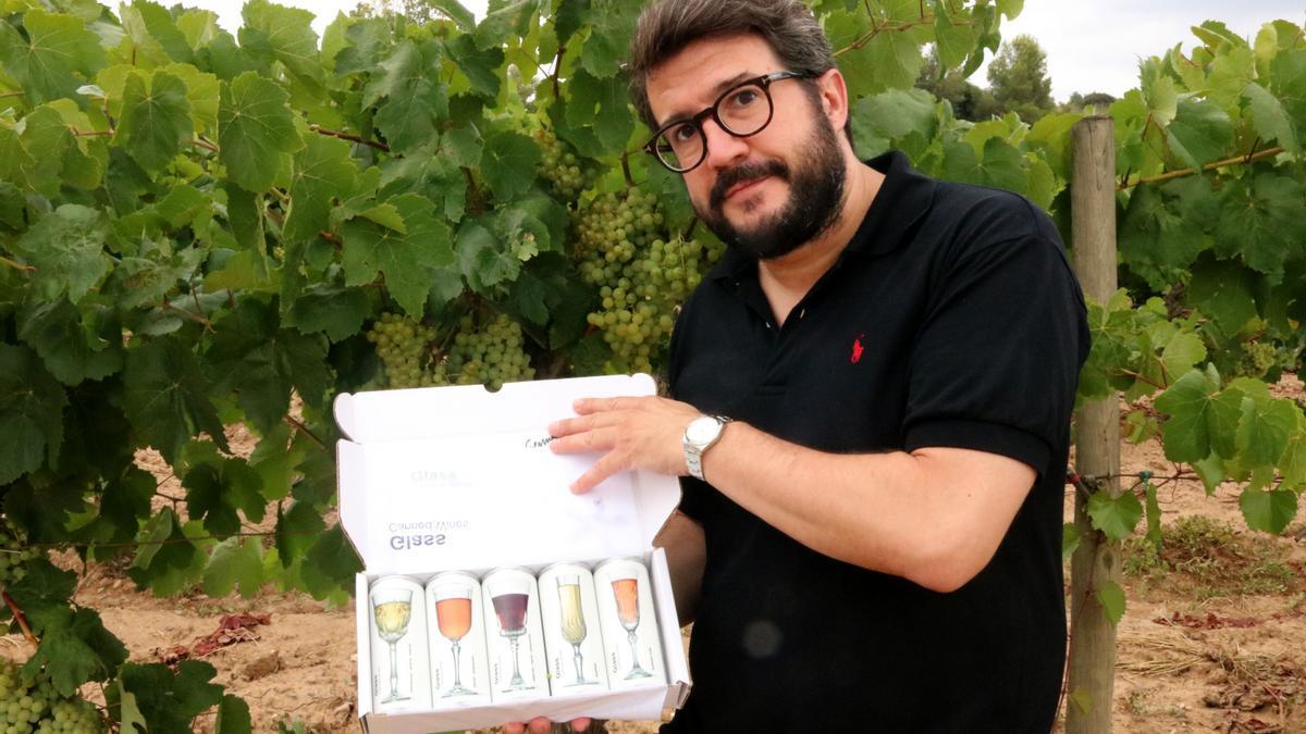 Pla mitjà del fundador de Glass Caned Wines, Joan Anton Romero, mostrant els vins envasats en llauna. Imatge publicada l'agost del 2021. (Horitzontal)