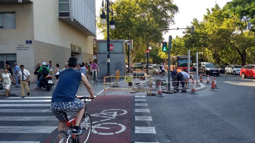 Heridos dos jóvenes en un accidente de moto en València