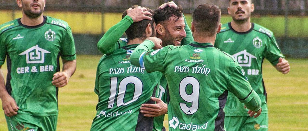 Rubén Arce recibe las felicitaciones en la celebración del 2-0 del Arenteiro sobre el Compostela.
