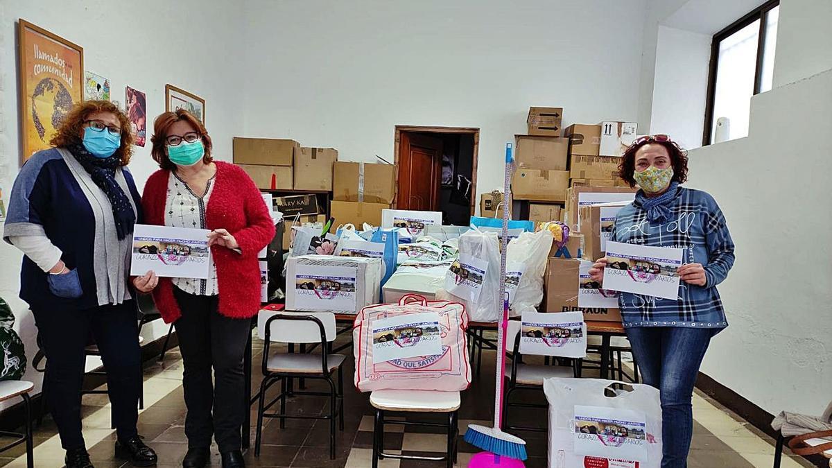 Voluntarias de la asociación Corazones Solidarios entregan material a Cáritas.