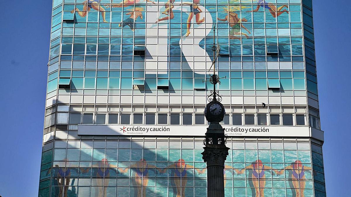Vista parcial de la sede social de R, frente al Obelisco en el centro de A Coruña. |  // CARLOS PARDELLAS