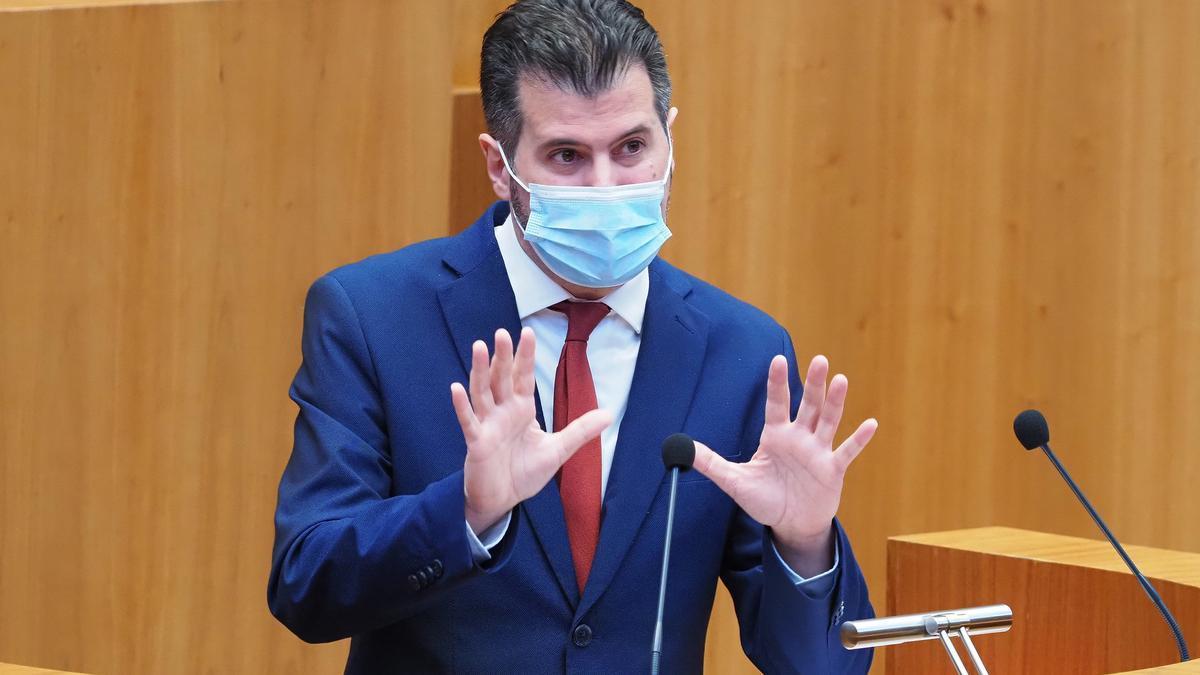 El portavoz del PSOE en las Cortes de Castilla y León, Luis Tudanca, defiende su moción de censura