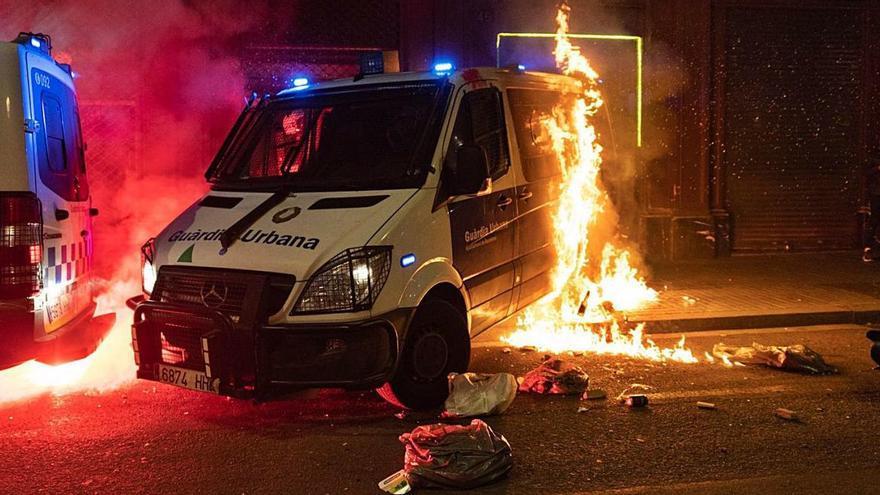 Una altra nit d'incidents proHasél se salda amb atacs a bancs, comerços i a una comissaria