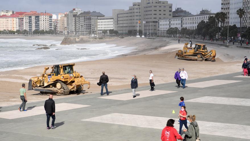 Comienza la retirada de la duna en la playa de Riazor