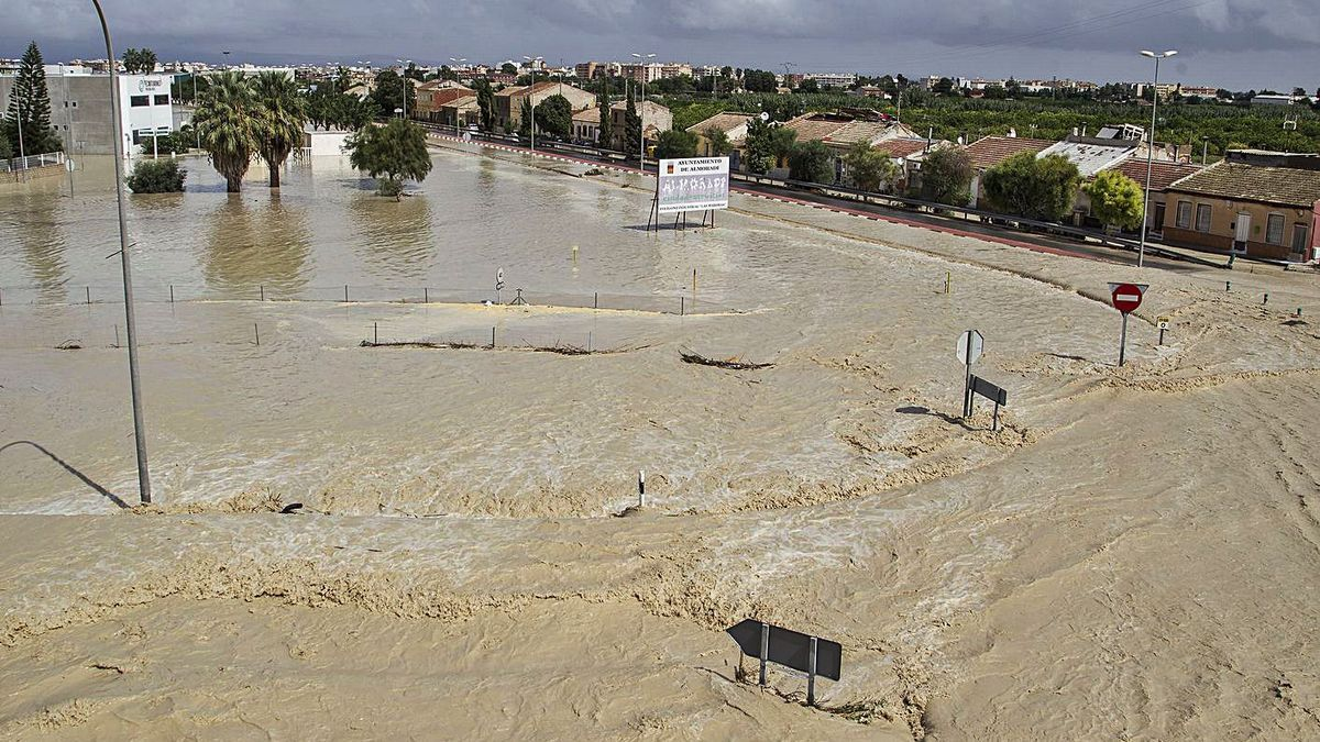 The streets of Almoradí were badly damaged by the flood that flooded the town.  |  ÁLEX DOMÍNGUEZ