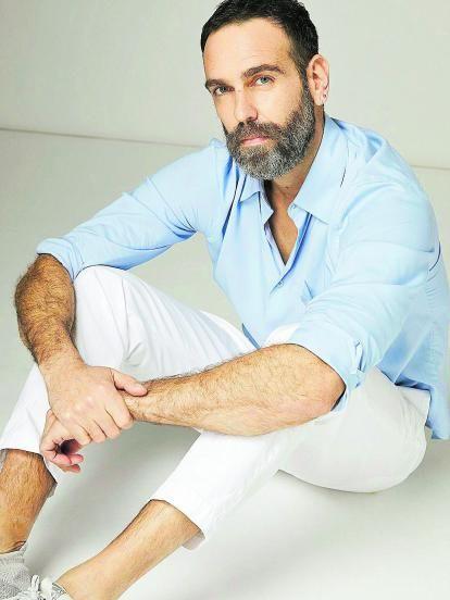 El actor con camisa y pantalón de la misma marca.   |
