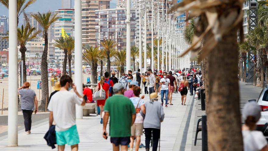 Numerosos atascos y playas concurridas en el primer fin de semana sin estado de alarma