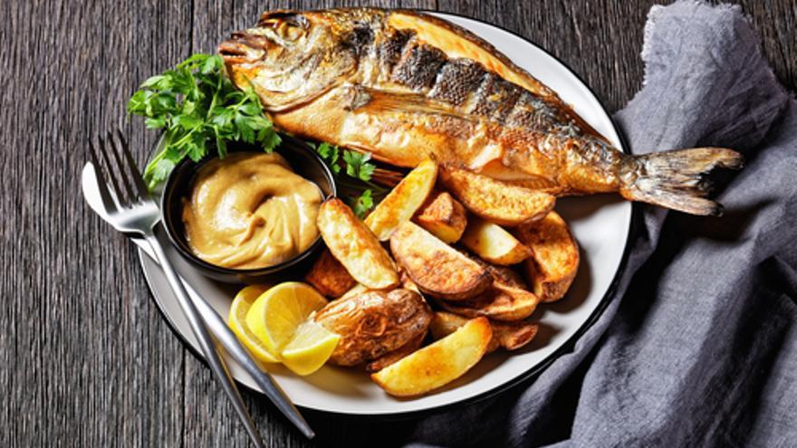 Gebratene Seebrasse mit Safran-Allioli-Kartoffeln und Ratatouille-Basilikum-Vinaigrette