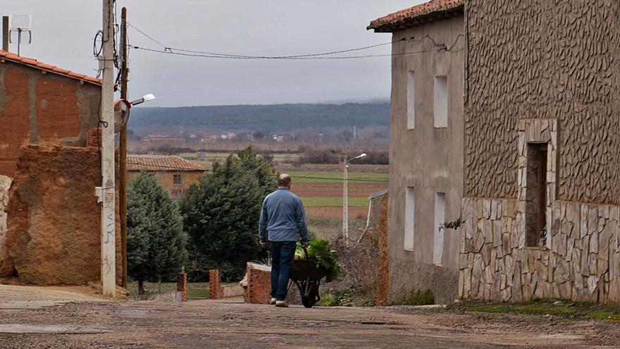 Un ciudadano camina por un pueblo de la provincia. | Jose Luis Fernández