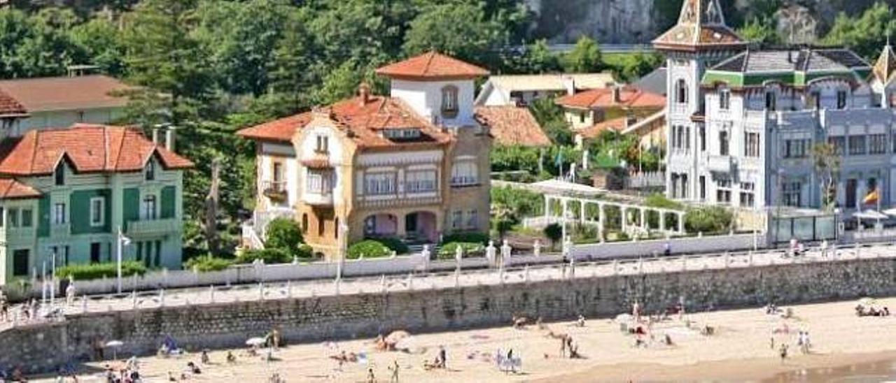 Casonas en el paseo de la playa de Santa Marina, en Ribadesella.
