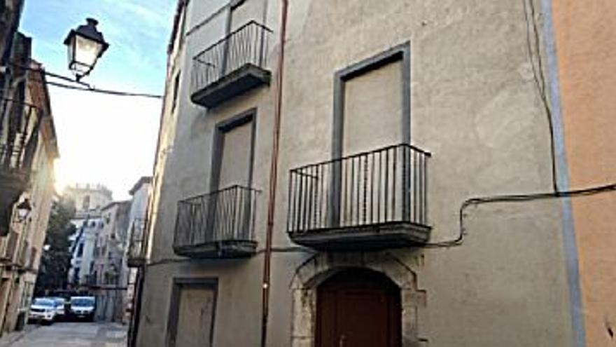 122.240 € Venta de casa en Besalú, 6 habitaciones, 2 baños...