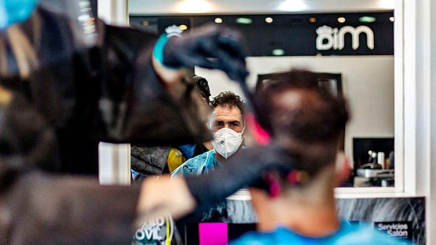 La mitad de las peluquerías de la provincia siguen cerradas por miedo y falta de material ante el coronavirus