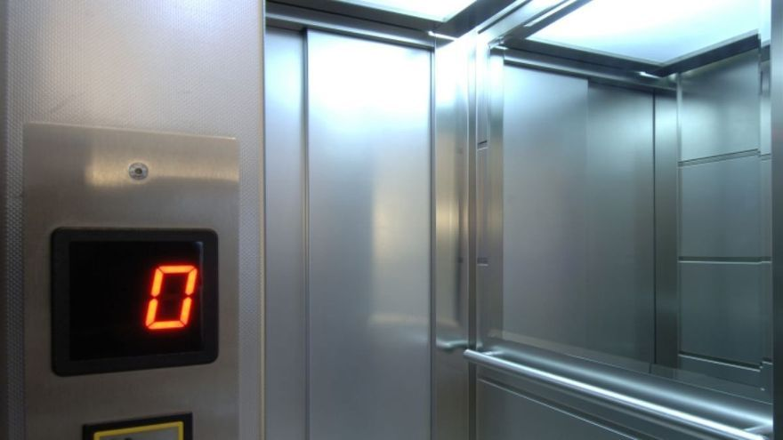 Roba una mochila en un ascensor en el Polígono de Jinámar