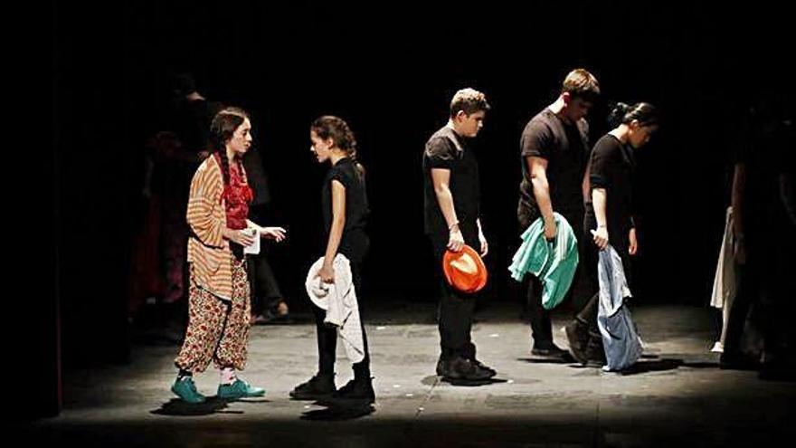 Actuación del grupo de teatro Zarandaja en el Principal.