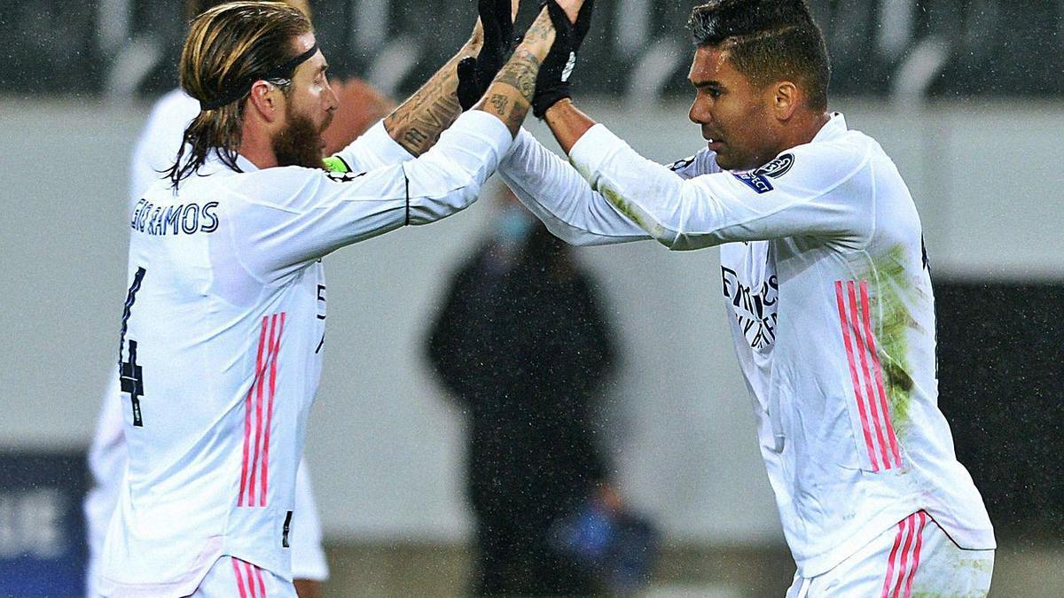 Sergio Ramos y Casemiro celebran el gol del empate en el descuento. |  // EFE
