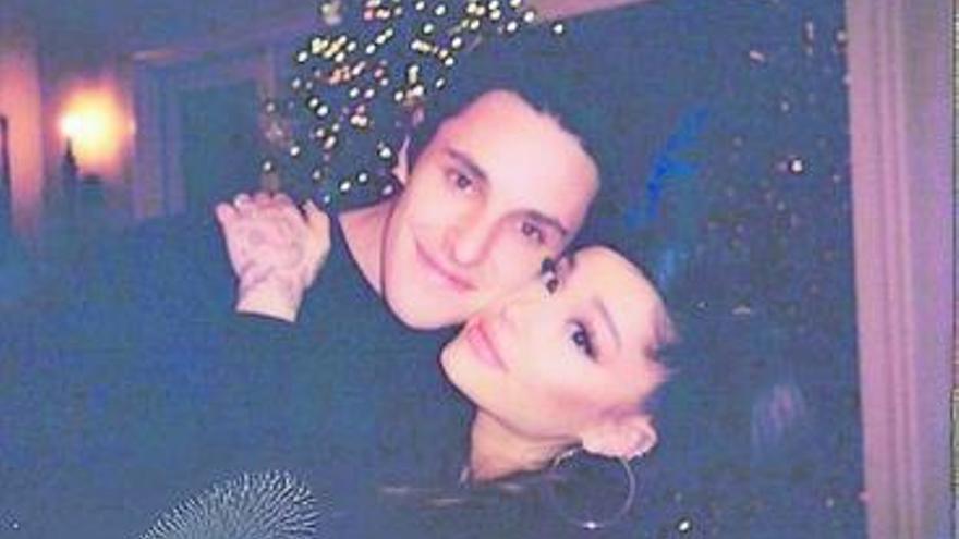 La cantante Ariana Grande se promete a su pareja