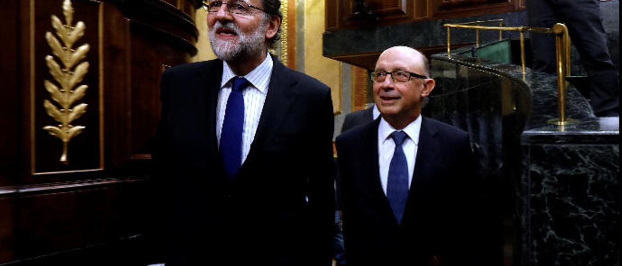 Mariano Rajoy y Cristóbal Montoro a su llegada al hemiciclo