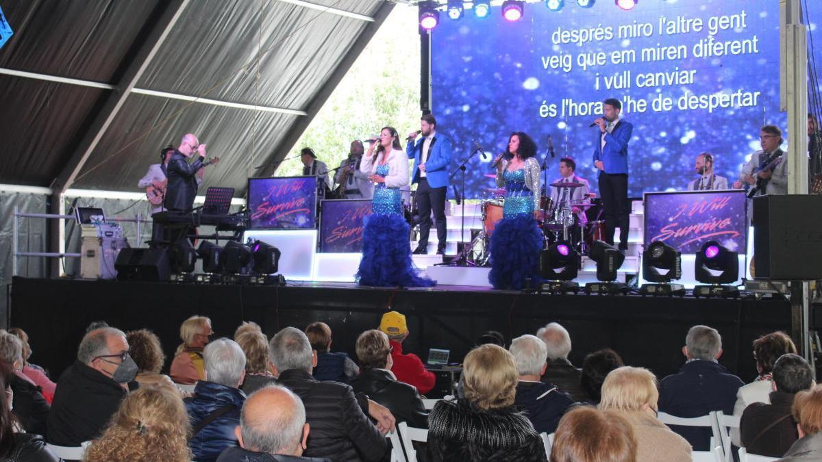 L'orquestra Selvatana actuant al Parc de les Aigües.