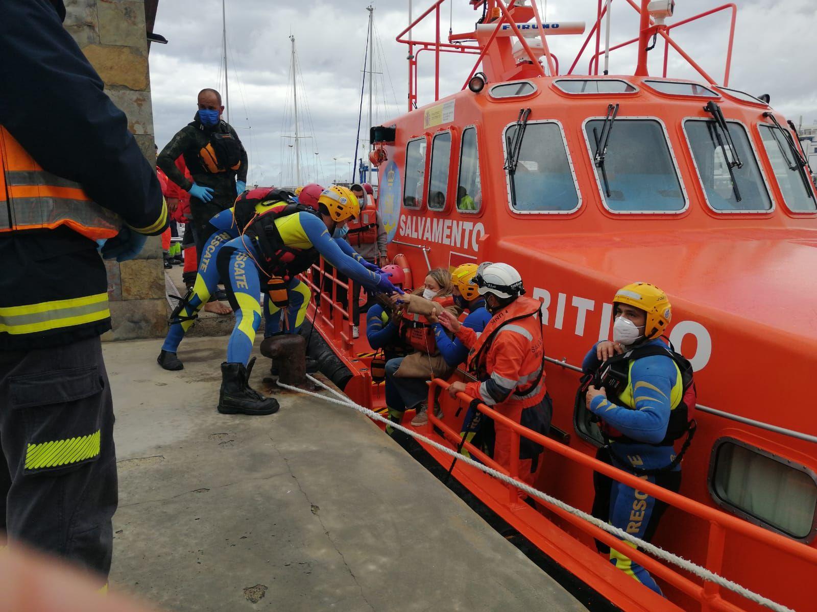 Los pasajeros del catamarán de Fred Olsen desembarcan en el muelle de Agaete