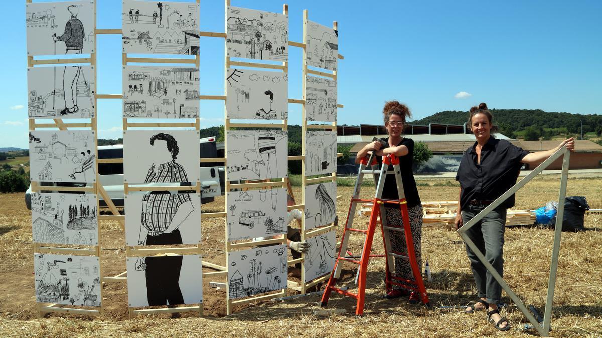 L'obra, encara en construcció, i de la comissària de l'obra, Rosa Cerarols, i de l'artista Clara Nubiola