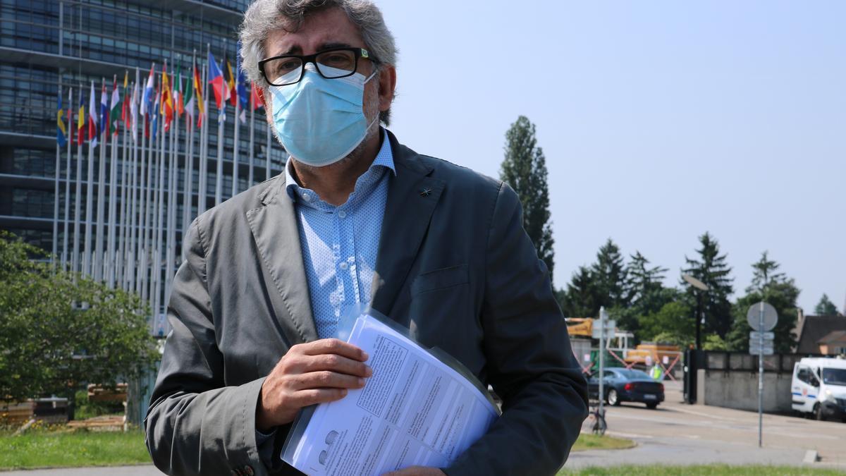 L'advocat Jordi Pina amb el recurs de Jordi Turull al TEDH per la condemna de l'1-O, davant del Parlament Europeu a Estrasburg