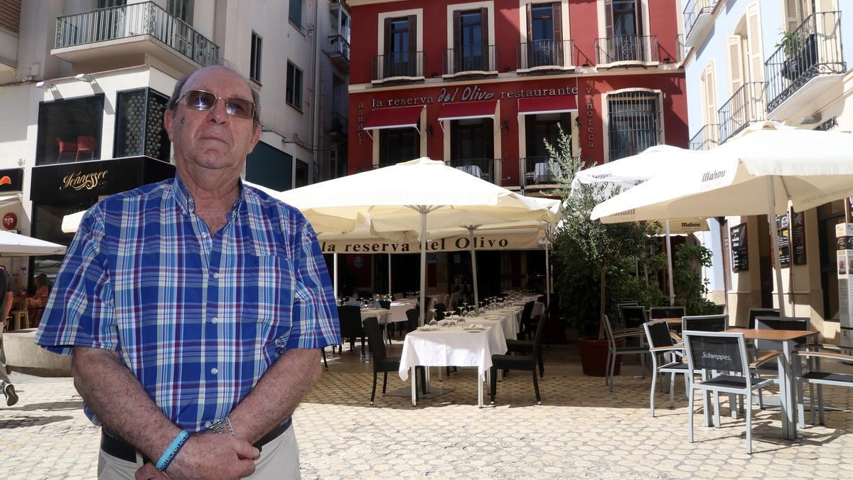 Juan José Rodríguez Román, delante de la que fuera sede de la Peña Malaguista, institución en la que trabajó 47 años.