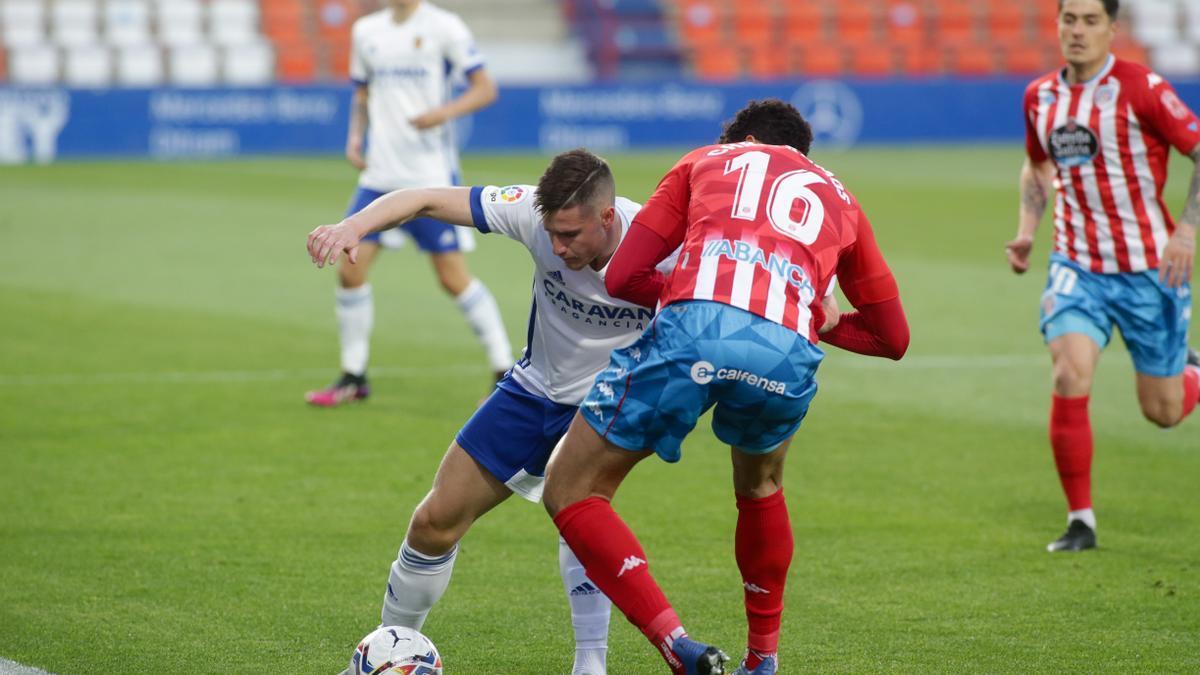 Vigaray protege el balón ante el jugador del Lugo Chris Ramos.
