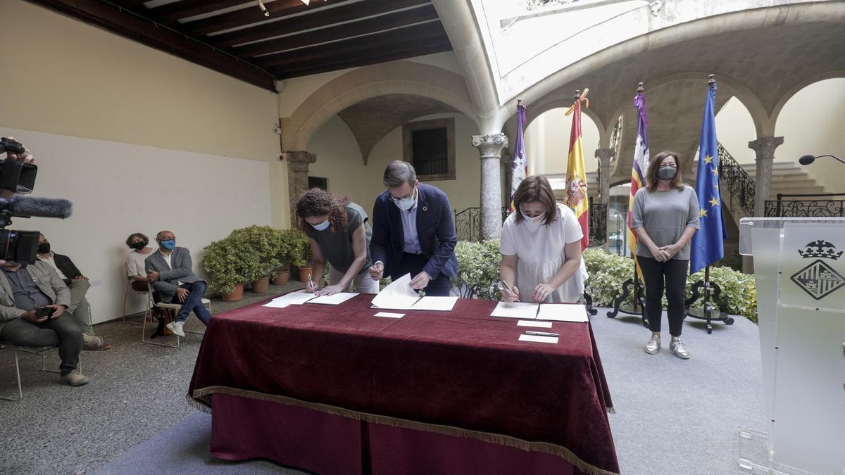 Firma del convenio por el que las empresas de Palma recibirán 11 millones en ayudas.