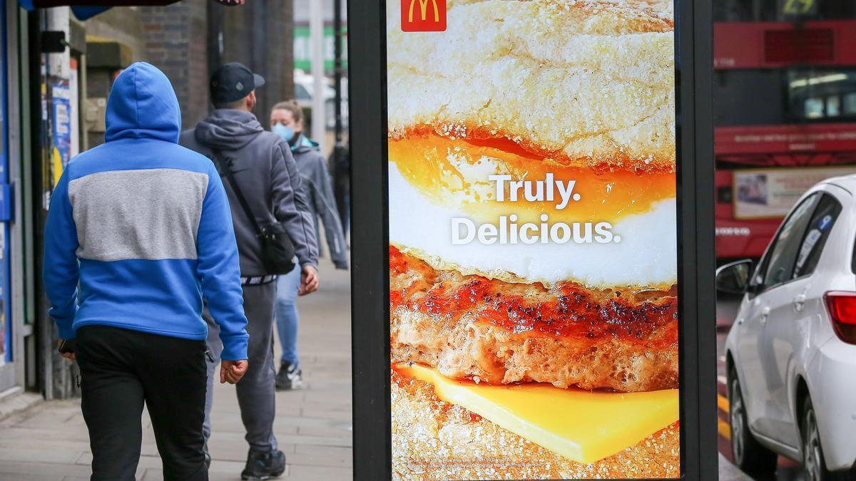 Cartel con un anuncio de McDonalds en Londres.
