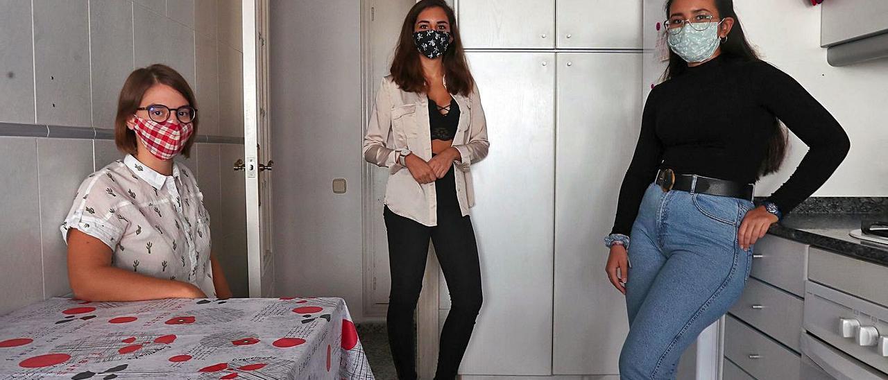 Rita, María y Fátima, en su piso de la zona universitaria de València en el que viven de alquiler.