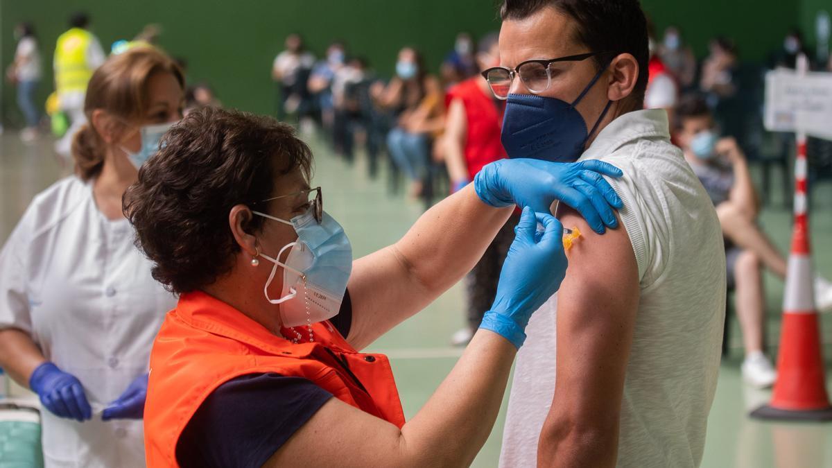 Una persona recibe la vacuna contra el COVID.