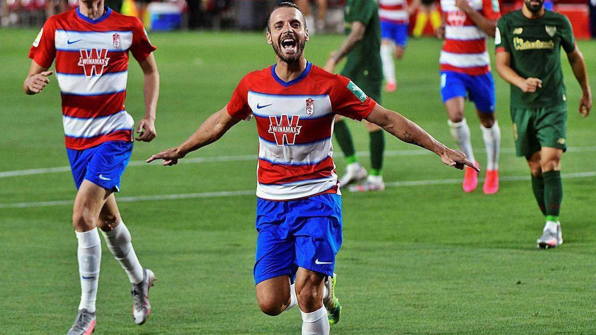 Soldado celebra el primero de los cuatro goles del Granada al Athletic.