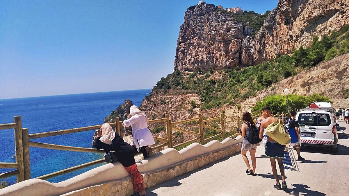 Los turistas se asoman a este balcón natural y se acodan en la nueva barandilla.   A. P. F.