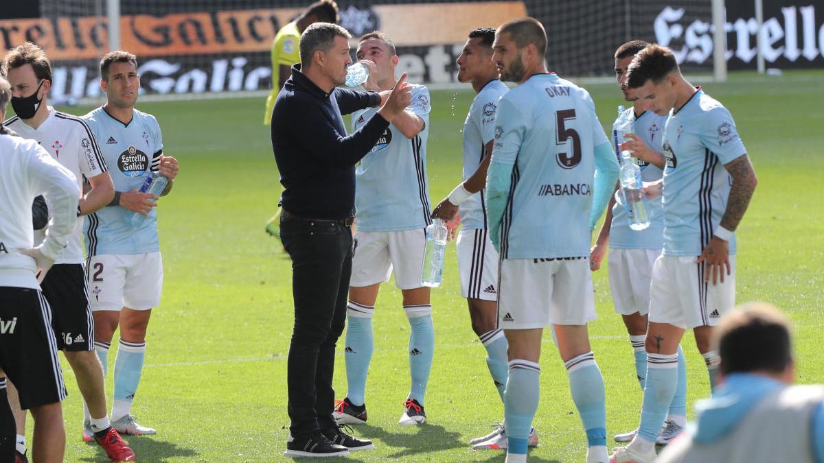 Óscar García da instrucciones a sus jugadores en el partido contra el Villareal. // Ricardo Grobas