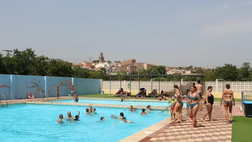 Lleno en la piscina de Geldo en una jornada gratuita por la ola de calor
