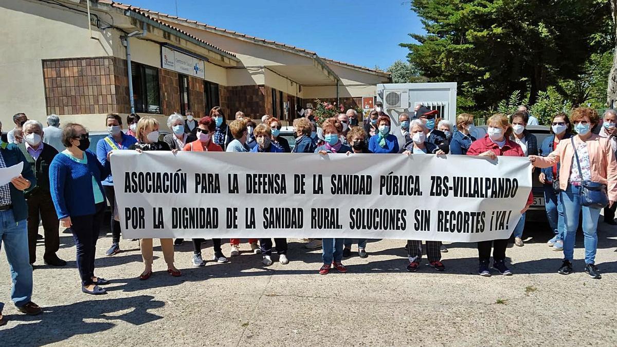 Vecinos de la Zona Básica de Salud concentrados en Villalpando.   Cedida