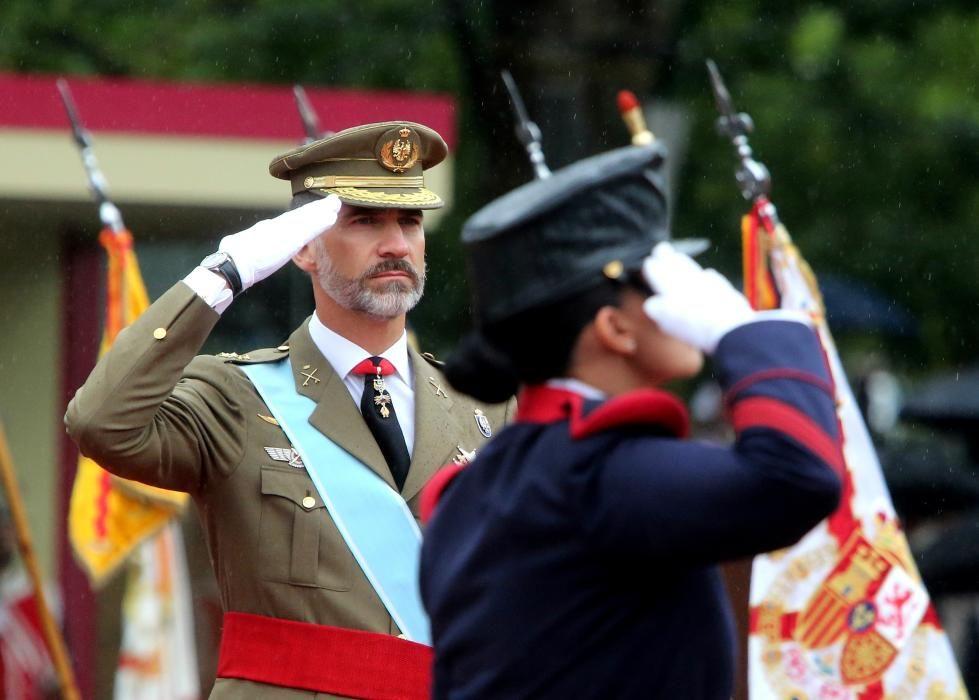 El Rey durante el desfile militar del 12 de ...
