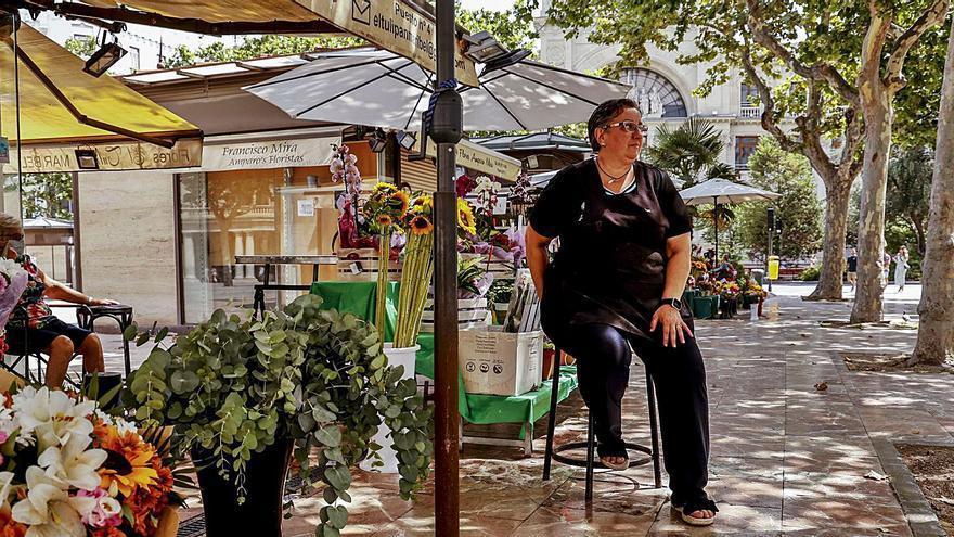 Los floristas de la plaza del Ayuntamiento, a medio gas