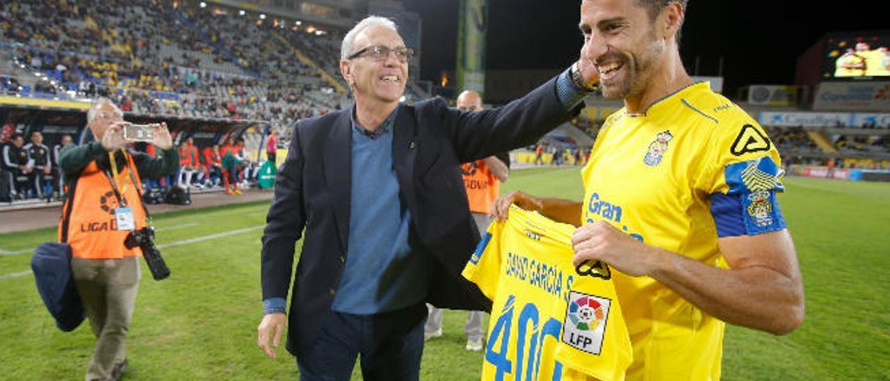 David García recoge de las manos de Germán Dévora, presidente de honor de la UD Las Palmas, una camiseta conmemorativa por sus 400 partidos.