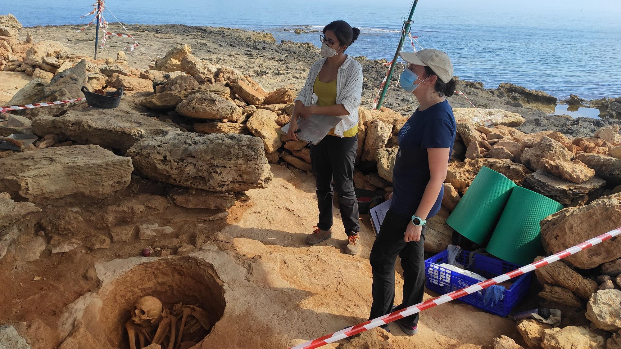 Aparecen los restos de un individuo adulto en una tumba inexplorada de Son Real