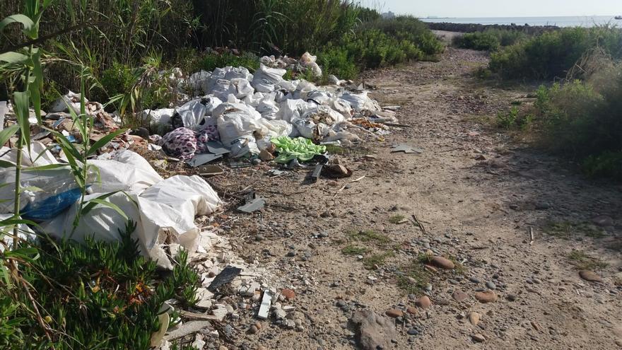 Foios pide a Costas que cierre los accesos a la playa a vehículos para evitar los vertidos