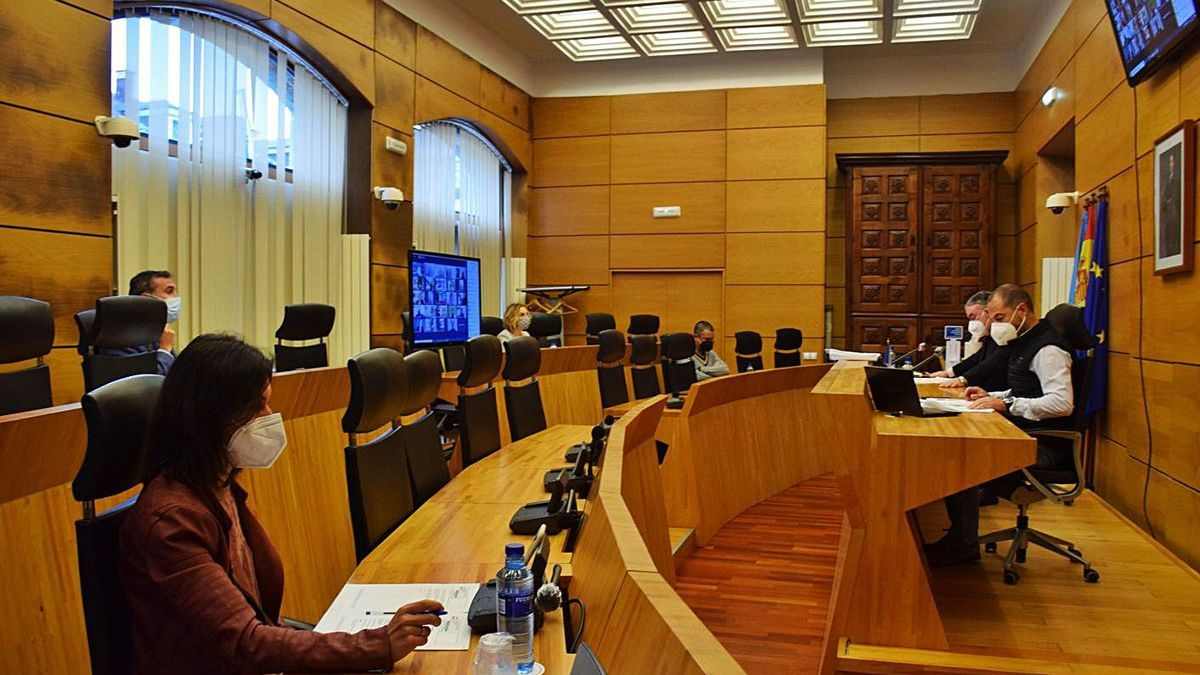 Un momento de la sesión del Pleno municipal, ayer, en Pola de Siero, con la mayor parte de los ediles participando de forma telemática.   A. I.
