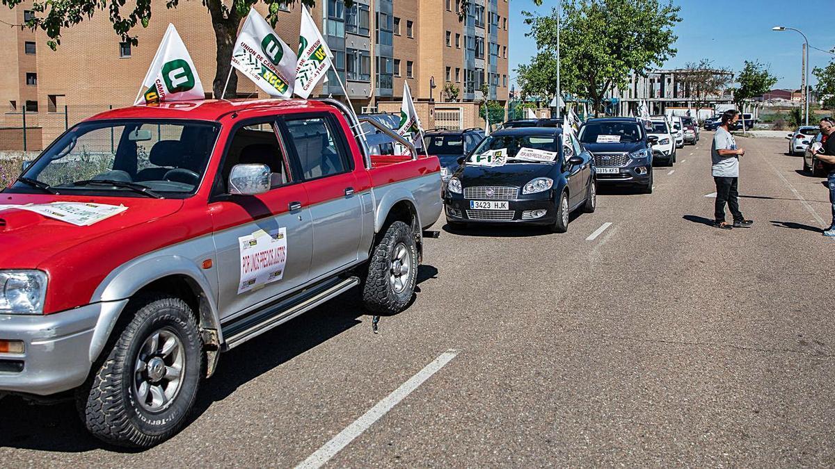 Salida de la caravana de vehículos desde el parking de Vista Alegre en la manifestación promovida por la UCCL Zamora.   Nico Rodríguez