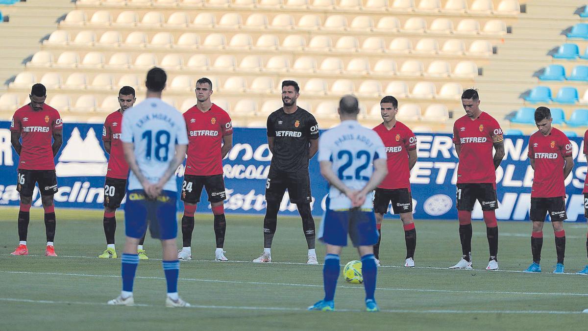 Los jugadores del Mallorca guardan un minuto de silencio en memoria del padre de Luis García, fallecido la semana pasada.