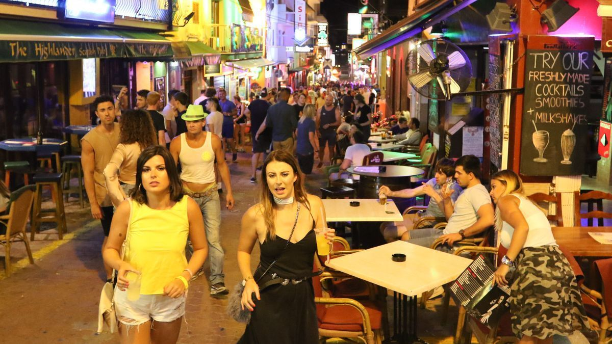 Turistas en el West End de Sant Antoni, en una imagen de archivo.