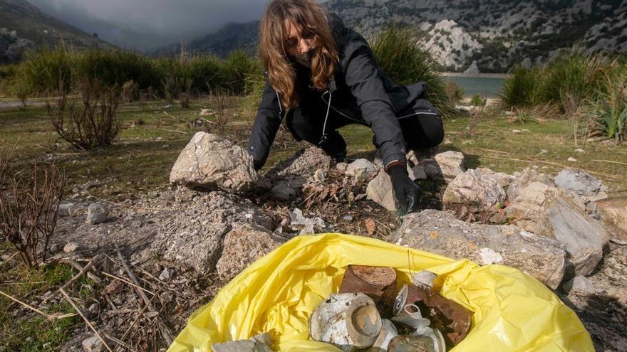 'Basuraleza' en Cúber: plásticos, colillas y pilas
