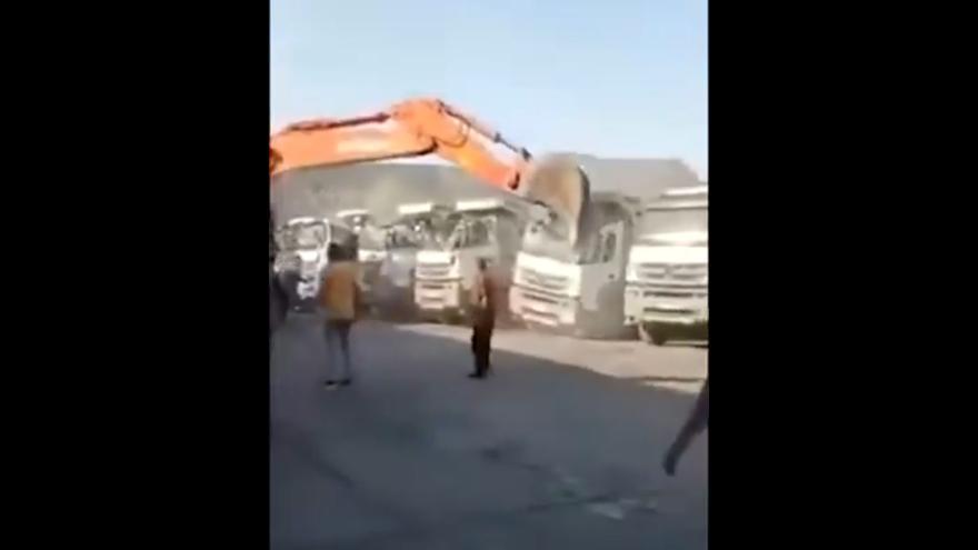Se sube a la excavadora y aplasta 5 camiones porque su jefe no le pagaba